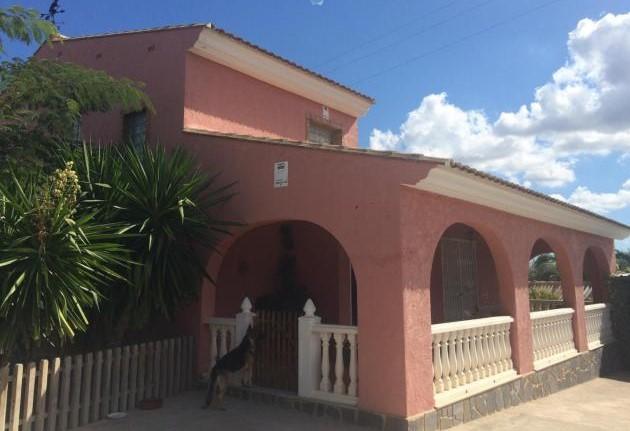 Вилла с большим участком в пригороде Валенсии (Pobla De Vallbona).