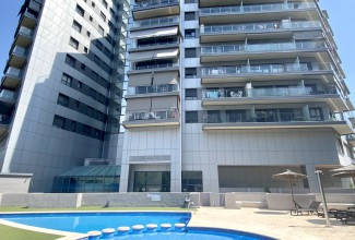 The apartment is in a gated residential complex in the prestigious area of Nou Campanar.